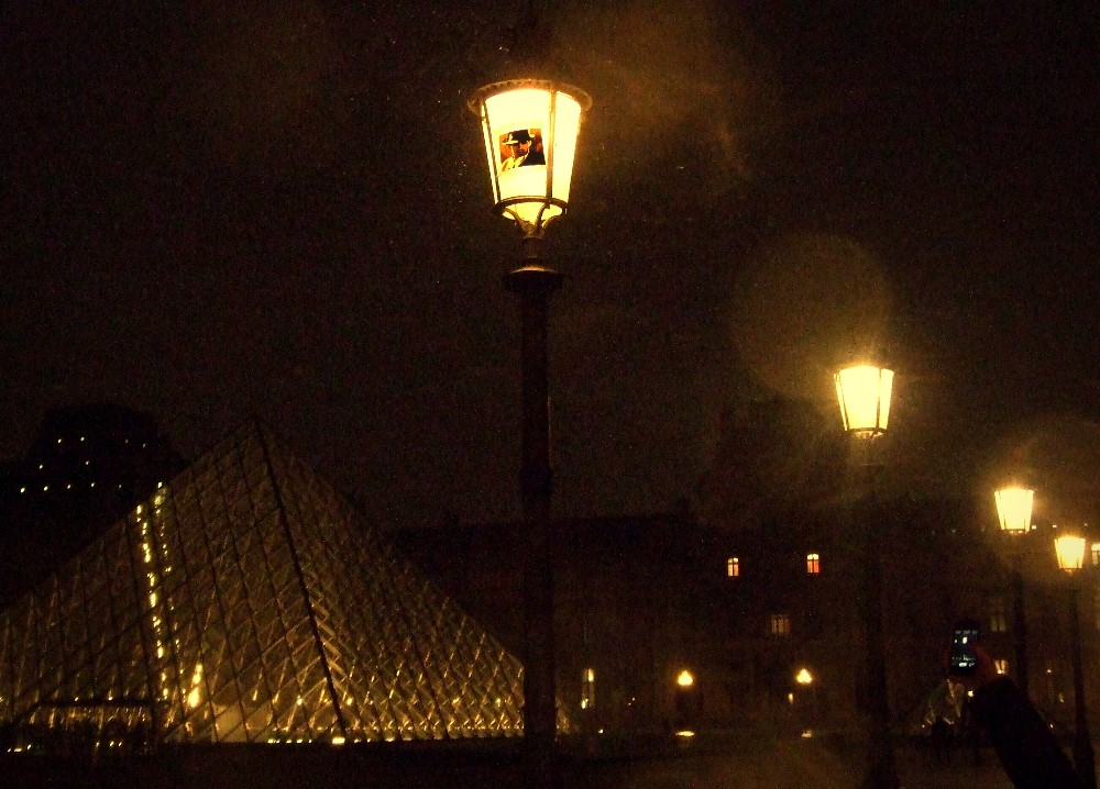 Artwork made of packing tape hung up on a street lamp in Paris near Louvre by Max Zorn. Kunst mit Klebeband, art du ruban